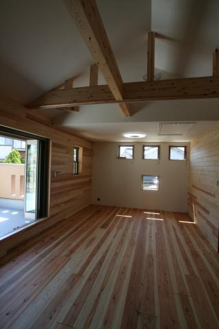 杉無垢板に包まれた「ホッ」とする家 逆瀬川S様邸 4|逆瀬川はうじんぐ施工事例